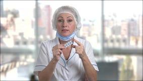 Pillole d'offerta di medico maturo della donna archivi video