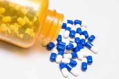Pillole da una bottiglia Fotografie Stock Libere da Diritti