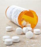 Pillole dalla bottiglia della medicina di prescrizione Fotografie Stock Libere da Diritti