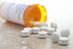 Pillole dalla bottiglia di prescrizione fotografia stock libera da diritti