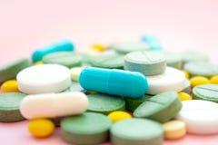 Pillole dell'oppioide Epidemia dell'oppioide e concetto di abuso di droga differente fotografie stock