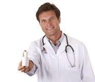 Pillole della holding del medico immagini stock libere da diritti