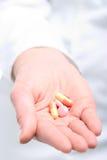 Pillole della holding della donna Immagini Stock
