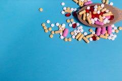 Pillole della medicina sul cucchiaio in alto a destra immagini stock