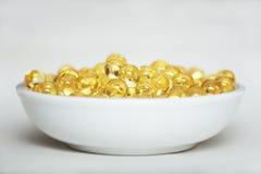 Pillole della vitamina (A, D, E, olio di pesce) Fotografia Stock