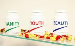 Pillole di sanità di mente, di bellezza e della gioventù in una bottiglia Fotografie Stock Libere da Diritti