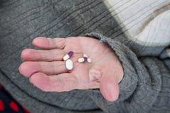 Pillole a disposizione immagine stock