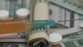 Pillole, droghe, cocaina, siringa sulle banconote del dollaro stock footage