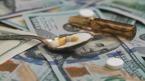 Pillole, droghe, cocaina, siringa sulle banconote del dollaro Tiro del carrello archivi video