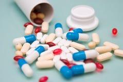 Pillole e bottiglia di apertura Fotografie Stock Libere da Diritti