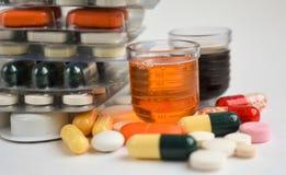 Pillole e bottiglia su priorità bassa bianca immagine stock libera da diritti