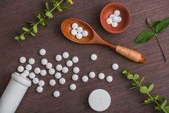 Pillole e compresse bianche di erbe mediche Immagine Stock
