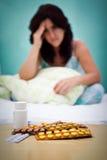 Pillole e dalla donna ammalata o depressa del fuoco Fotografia Stock Libera da Diritti