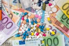 Pillole e droghe differenti sulle euro fatture Immagini Stock Libere da Diritti