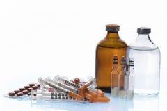 Pillole e fiale della medicina con la siringa Fotografia Stock Libera da Diritti