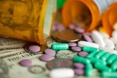 Pillole e soldi Fotografia Stock
