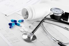 Pillole e stetoscopio medici Fotografia Stock