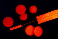 Pillole e termometro Immagine Stock Libera da Diritti