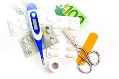Pillole ed attrezzature del pronto soccorso con la banconota come simbolo di expe immagine stock libera da diritti