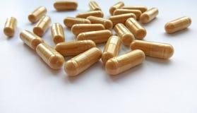 Pillole farmaceutiche beige della medicina su fondo bianco Tema della farmacia, sanità, prescrizione del farmaco per il med di tr fotografia stock libera da diritti
