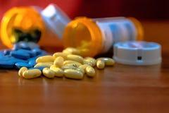 Pillole gialle e blu Fotografie Stock Libere da Diritti