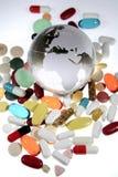 Pillole intorno al globo Fotografia Stock Libera da Diritti