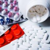Pillole mediche su priorità bassa bianca Fotografie Stock Libere da Diritti