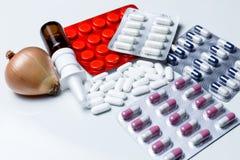 Pillole mediche su priorità bassa bianca Immagini Stock Libere da Diritti