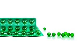 Pillole molli rotonde verdi della capsula isolate su fondo bianco con lo spazio della copia Medicina di Ayurvedic per indigestion fotografie stock libere da diritti