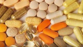 Pillole multiple su bianco Immagini Stock Libere da Diritti