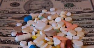 Pillole o capsule della medicina con soldi, dollaro Prescrizione della farmacia o medica per salute Affare, concetto di finanza C fotografia stock
