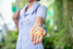 Pillole o capsule della medicina a disposizione, fotografie stock