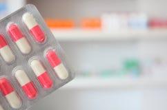 Pillole rosa e bianche delle medicine delle capsule degli antibiotici Fotografia Stock Libera da Diritti