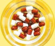 Pillole rosse e bianche Fotografia Stock Libera da Diritti