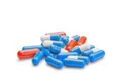 Pillole rosse e blu della medicina su fondo bianco isolato Fotografie Stock