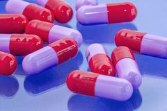 Pillole rosse e porpora Fotografie Stock Libere da Diritti