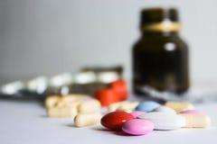 Pillole su fondo bianco Assistenza medica e trattamento Medicina e pillole, farmaci su fondo bianco Rosa variopinto, rosso, wh fotografie stock