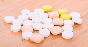 Pillole su un fondo di legno immagini stock libere da diritti