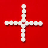 Pillole su un fondo rosso Fotografia Stock
