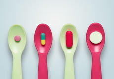 Pillole sui cucchiai Fotografie Stock Libere da Diritti