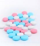 Pillole sui precedenti bianchi fotografie stock