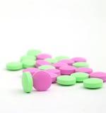 Pillole sui precedenti bianchi Fotografia Stock Libera da Diritti