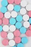 Pillole sui precedenti bianchi bianchi immagine stock libera da diritti