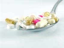 Pillole sul cucchiaio Fotografie Stock Libere da Diritti
