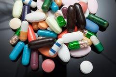 Pillole sul nero Immagini Stock Libere da Diritti