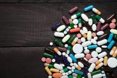 Pillole sul nero Fotografia Stock Libera da Diritti