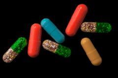 Pillole sul nero Fotografia Stock