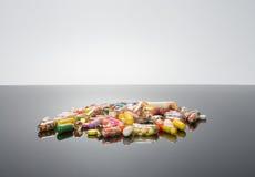 Pillole sul nero lucido Fotografie Stock Libere da Diritti