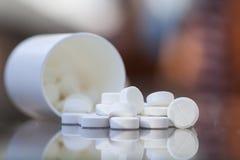 Pillole sulla tabella Immagini Stock Libere da Diritti