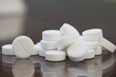 Pillole sulla tabella Fotografia Stock